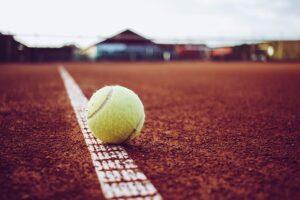 Jak różne rodzaje nawierzchni kortów wpływają na grę w tenisa